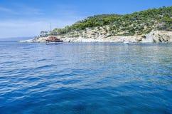 Meer mit einem touristischen Boot Stockfotos