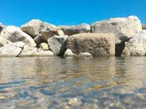 Meer mit Felsen auf Horizont lizenzfreie stockfotos