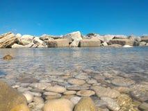 Meer mit Felsen auf Horizont stockbild