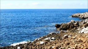 Meer mit Felsen draußen stock footage