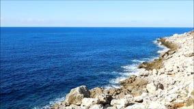Meer mit Felsen draußen stock video