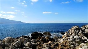 Meer mit Felsen draußen stock video footage