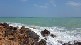 Meer mit Felsen am Ufer stockbilder