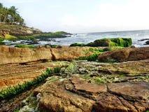 Meer mit Felsenlandschaft Lizenzfreie Stockfotos