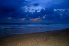 Meer mit geblinktem Sand Stockbild