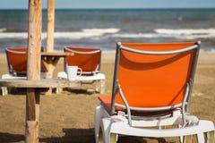 Meer mit Liebe Tasse Kaffee auf dem Strand Lizenzfreie Stockfotografie