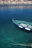 Meer mit Reflexionen, alter Kanal mit Fischerboot Stockfotos