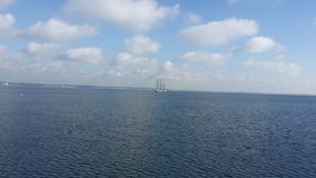 Meer mit Segelboot lizenzfreie stockfotos