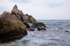 Meer mit Steinen Stockfotos