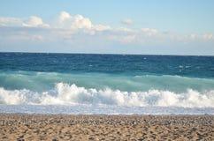 Meer mit Wellen im windigen Wetter Stockbild