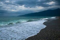Meer mit Wellen und dunklem Himmel stockbilder