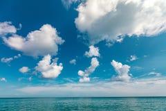 Meer mit Wolken stockfoto
