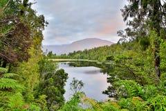 Meer Moeraki in Nieuw Zeeland wordt gevestigd dat stock afbeeldingen