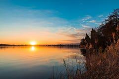 Meer Monate van Travedona Monate bij zonsondergang wordt gezien die; mening naar Cadrezzate; provincie van Varese, Italië Stock Afbeeldingen
