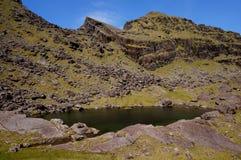 Meer op berg Ierland stock foto's