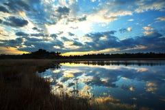 Meer op de zonsondergang royalty-vrije stock afbeelding