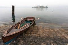 MEER ORTA, ITALY/EUROPE - 28 OKTOBER: Het roeien van boot bij Meer Orta Stock Foto's
