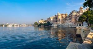 Meer Pichola en Stadspaleis in Udaipur. India. Stock Fotografie