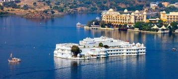 Meer Pichola en Taj Lake Palace in Udaipur. India. stock foto's
