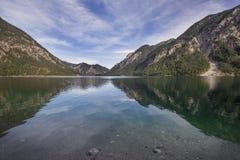 Meer Plansee in Oostenrijk met panorama van de Alpen stock afbeeldingen
