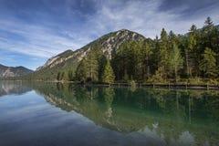 Meer Plansee in Oostenrijk met panorama van de Alpen royalty-vrije stock afbeelding