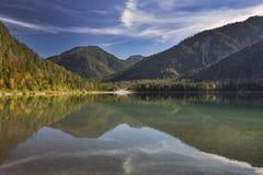 Meer Plansee in Oostenrijk tijdens de herfst stock afbeelding