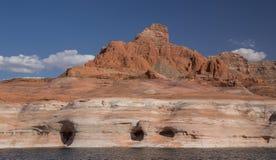Meer Powell Caves en Klippen Stock Foto's