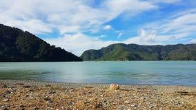 Meer Pukaki in Nieuw Zeeland met lichte wolken op Roadtrip stock afbeelding