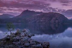 Meer Regnarvatnet bij de avondschemer Royalty-vrije Stock Foto's