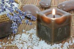 Meer-Salz, Lavendel und Kerze Stockbild