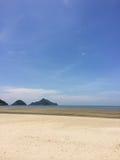 Meer, Sand, Himmel im Sommer Lizenzfreies Stockfoto