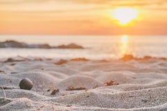 Meer, Sand und Felsen bei dem Sonnenuntergang Element der Auslegung stockbilder