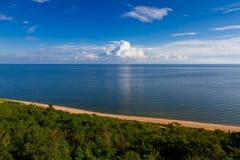 Meer, Sandstrand und Wolken lizenzfreie stockbilder