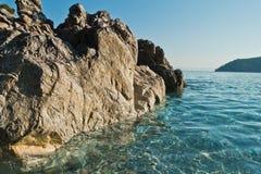 Meer schaukelt am haarscharfen Türkiswasser am Morgen, Kastani-Mamma Mia-Strand, Insel von Skopelos Lizenzfreie Stockfotos
