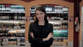 Meer sommelier vrouw, Cosultant in wijnwinkel, Oman in de opslag die wijn kiezen die controlelijst of informatie in tablet overee stock footage