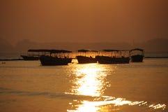 Meer am Sonnenaufgang mit Booten Lizenzfreies Stockfoto