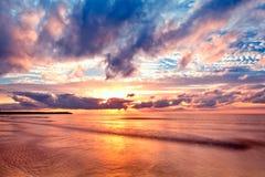 Meer am Sonnenaufgang mit netten Wellen Stockbilder
