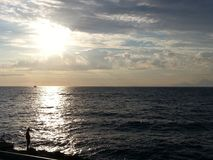 Meer am Sonnenuntergang lizenzfreie stockbilder