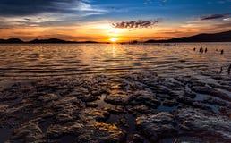 Meer am Sonnenuntergang lizenzfreie stockfotos