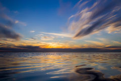 Meer am Sonnenuntergang Stockbild