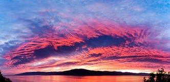 Meer am Sonnenuntergang und am Himmel ist in der schönen Farbe Stockfoto