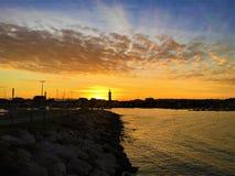 Meer, Sonnenuntergang, Wasser, Himmel und Wolken in Civitanova Marken, Italien lizenzfreie stockbilder