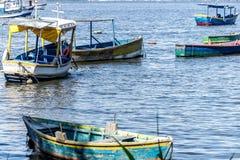 Meer sonniger Tag Fischer Fischerboote der Boote und Gebirgsblaues Seemeer und -bäume stockfoto