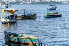 Meer sonniger Tag Fischer Fischerboote der Boote und Gebirgsblaues Seemeer und -bäume lizenzfreies stockbild