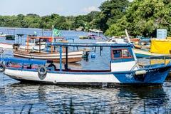 Meer sonniger Tag Fischer Fischerboote der Boote und Gebirgsblaues Seemeer und -bäume lizenzfreies stockfoto