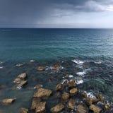 Meer, Steine und Regen Stockbilder