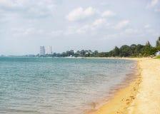 Meer, Strand und Stadt Lizenzfreie Stockfotos