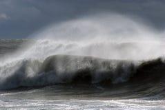 Meer-Sturm. Windiges Wetter. Welle mit spritzt Stockbild