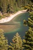Meer Tahoe door Bomen royalty-vrije stock afbeeldingen