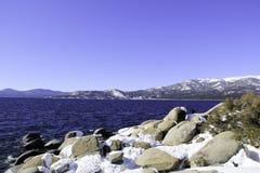Meer Tahoe - Meer met Sneeuw stock afbeeldingen